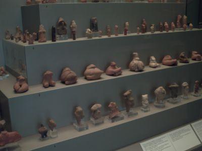 Vitrine avec des déesses mères en terre cuite, Âge du Bronze, musée nationale d'archéologie à Athènes