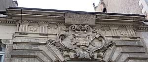 Façade de l'hôtel du prieuré d'Aquitaine à Poitiers, détail du haut