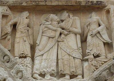 Façade de Notre-Dame-la-Grande à Poitiers, la Visitation, la scène centrale, Elisabeth et Marie encadrées de deux servantes