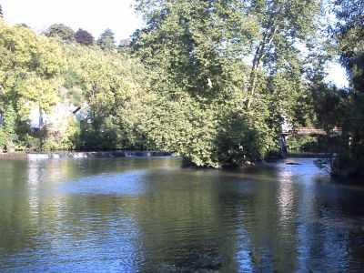 Poitiers, le Clain et la passerelle au moulin de Chasseigne