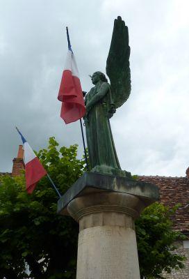 La Victoire d'Aimé Octobre à Angles-sur-l'Anglin, dans la Vienne, vue deprofil