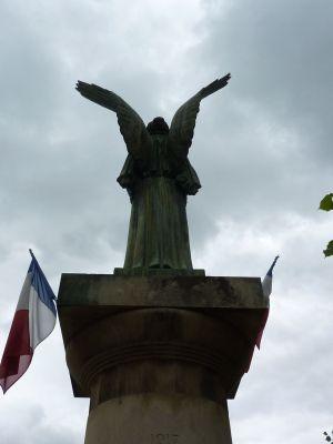 La Victoire d'Aimé Octobre à Angles-sur-l'Anglin, dans la Vienne, vue de dos