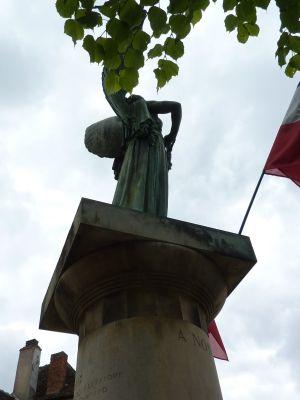 aLa Victoire d'Aimé Octobre à Angles-sur-l'Anglin, dans la Vienne, vue de l'autre profil