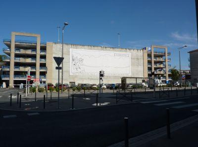 Poitiers, le parking Effia près de la gare avec une grande toile de Glen Kaxter, vue générale