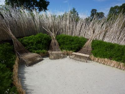 Chaumont-sur-Loire, festival des jardins 2010, le jardin n° 3, Ma terre, Mater, les chaises longues en osier au centre du jardin