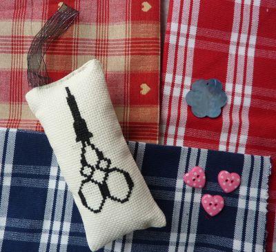 L'échange d'été de Miss Fil, le colis reçu de Manuelle, détail des tissus, des boutons et du pique-épingles
