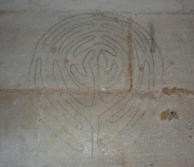 le labyrinthe gravé sur le mur nord de la cathédrale de Poitiers