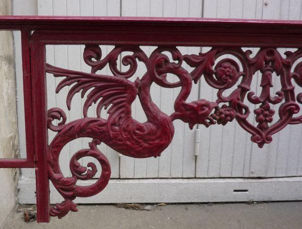 Poitiers, garde-corps en ferronerie avec deux dragons, détail du dragon de gauche