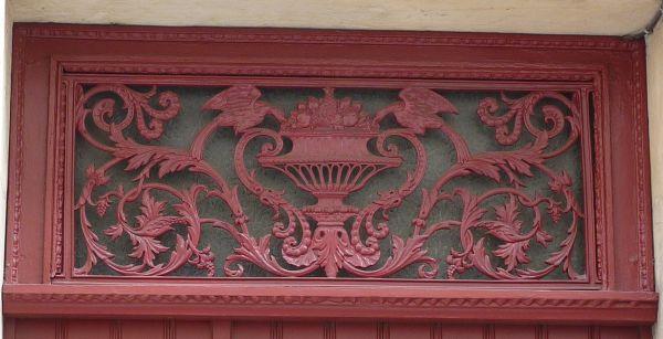 Poitiers, imposte de porte en ferronerie avec deux oiseaux mangeant dans une coupe de fruits