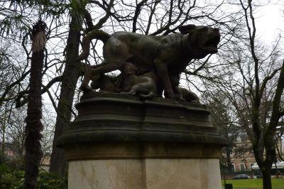 Le Grand Rond à Toulouse, la chienne de Pierre Rouillard, les chiots