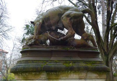 Le Grand Rond à Toulouse, la chienne de Pierre Rouillard, les mamelles