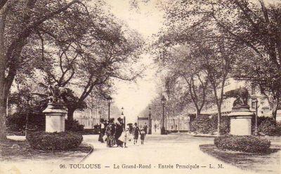 Le Grand Rond à Toulouse, la chienne et la louve de Rouillard, tête tournée vers l'entrée, carte postale ancienne