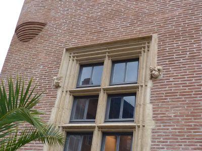 Toulouse, musée Saint-Raymond, façade antérieure, fenêtre 1