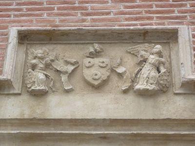 Toulouse, musée Saint-Raymond, façade antérieure, linteau armorié de la porte