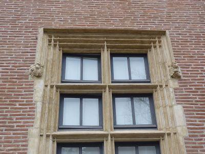 Toulouse, musée Saint-Raymond, façade antérieure, fenêtre 2