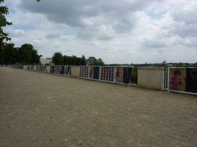Poitiers, exposition Gilles Porte sur les grilles de la terrasse de Blossac en juin 2010