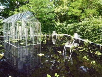 Chaumont-sur-Loire, le festival des jardins 2010, cheveux d'ange, la serre et les chaises sur le miroir d'eau