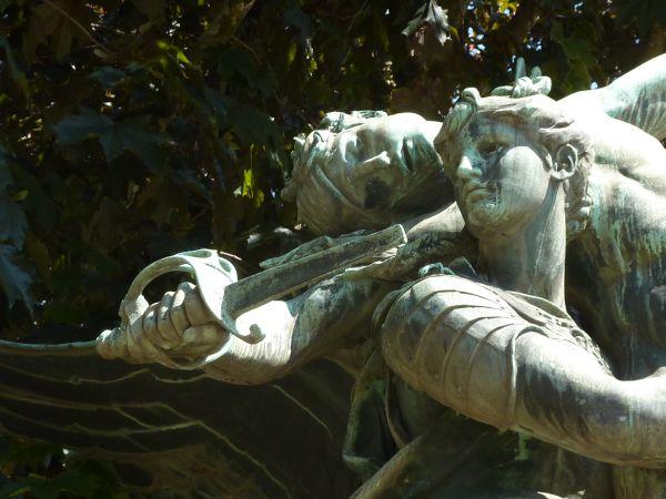 Niort, Gloria Victis de Mercié, les têtes de la Victoire et du soldat mourant