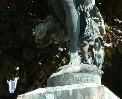 Niort, Gloria Victis de Mercié, les pieds et inscription Victis