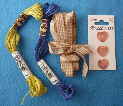 La pochette offerte par Brigitte, le contenu, fils, ruban et boutons