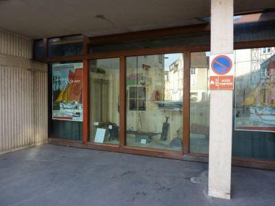 Poitiers, la vitrine installée pour l'exposition sur les rivières et la mer en juin 2010