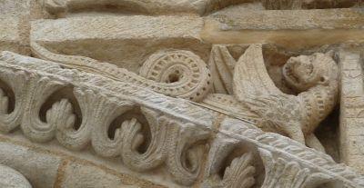 Façade de Notre-Dame-la-Grande à Poitiers, le dragon à gauche de la scène de la Visitation
