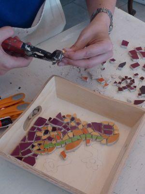 Stage de mosaïque à Tours en 2010, la découpe des tesselles