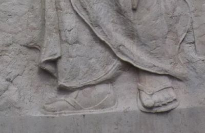 Monument aux morts des Clefs (Haute-Savoie), les pieds de la République