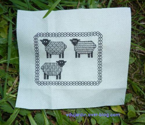 Des moutons au blackwork, trois moutons brodés