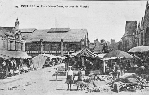 Poitiers, carte postale ancienne : la côté ouest de l'ancien marché