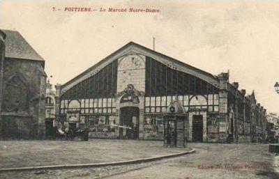 Poitiers, carte postale ancienne : la façade sud de l'ancien marché, avec un kiosque à journaux
