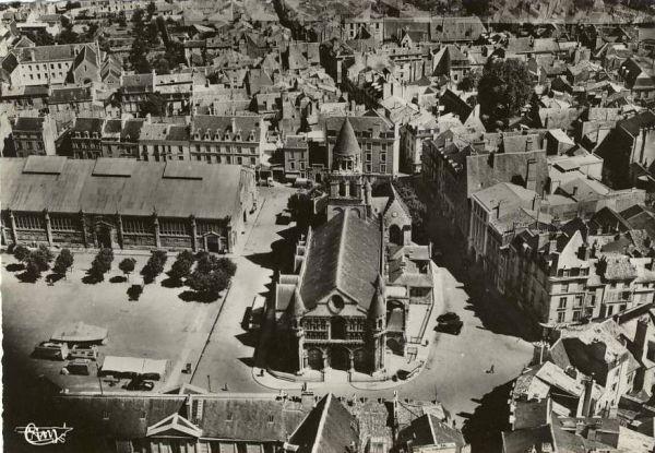 Poitiers, carte postale ancienne, vue aérienne avec Notre-Dame-la-Grande et l'ancien marché à structure métallique