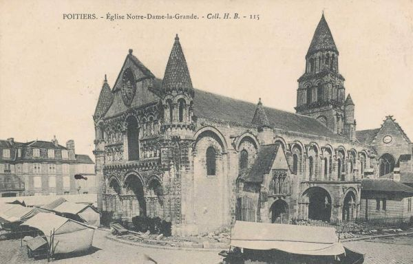 Poitiers, carte postale ancienne : la façade de Notre-Dame la grande un jour de marché