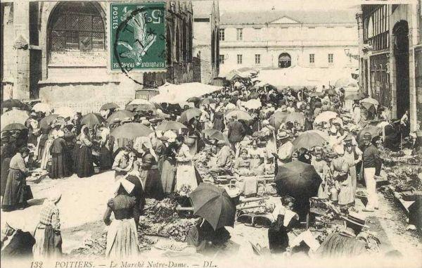 Poitiers, carte postale ancienne : la foule un jour de marché