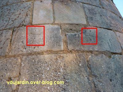 Poitiers, le rempart sud, sous la Tranchée, 6, deux marques lapidaires