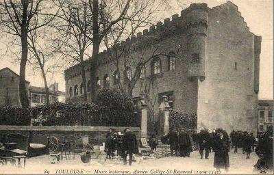 Toulouse, musée Saint-Raymond, façade antérieure, carte postale ancienne avec brocante