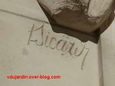 Tours, l'hôtel de ville, les Atlantes au rez-de-chaussée : la signature L. Sicard