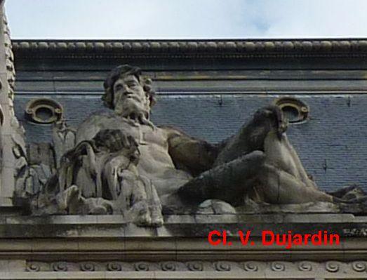 Tours, hôtel de ville, rampant droit du fronton, allégorie du Cher par Injalbert
