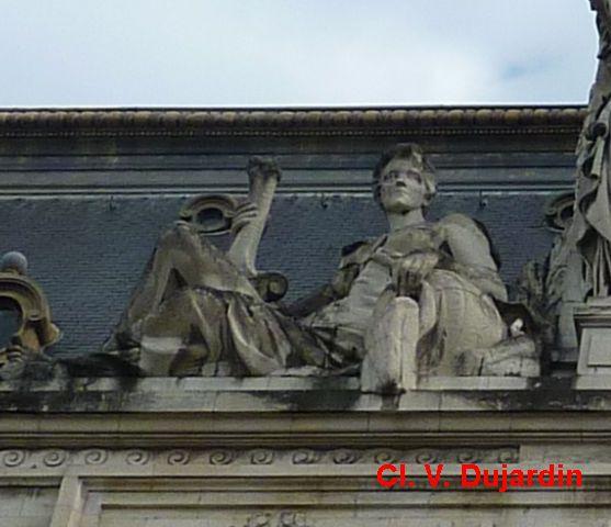 Tours, hôtel de ville, à gauche du fronton, allégorie de la Loire par Injalbert
