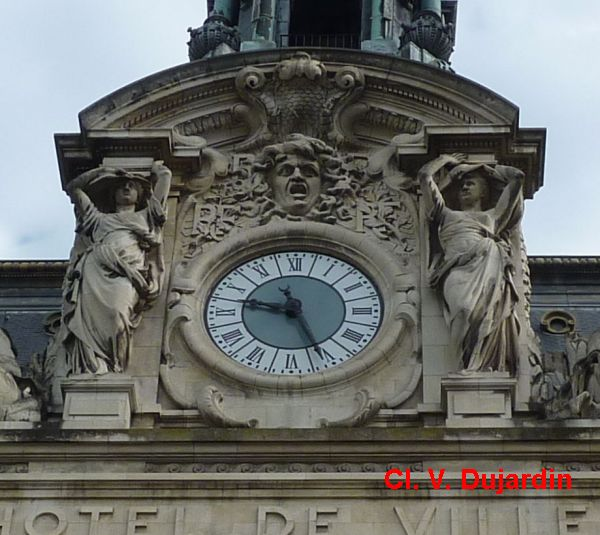 Tours, hôtel de ville, l'horloge et les cariatides