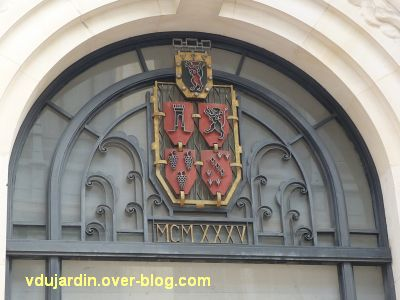 Poitiers, le tympan de la grille de la chambre de commerce avec la date 1935
