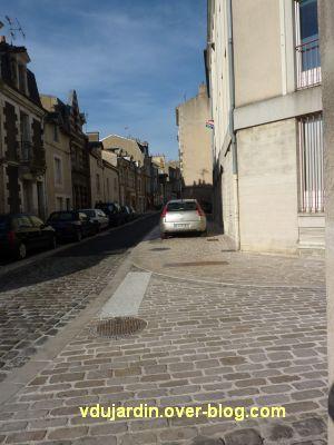 Poitiers, coeur d'agglo, 1er septembre 2010, vue 9, rue de la Tranchée, voiture sur le trottoir