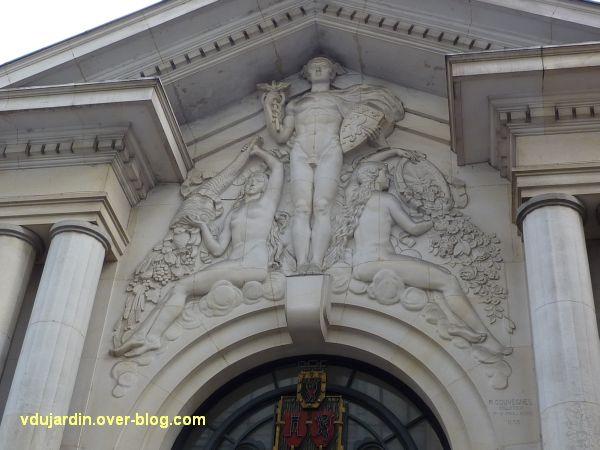 Poitiers, l'ancienne chambre de commerce, 4, la sculpture au-dessus de la porte