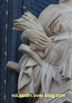Poitiers, façade de l'hôtel de ville, 08, l'agriculture, gerbe de blé et bras de la brouette