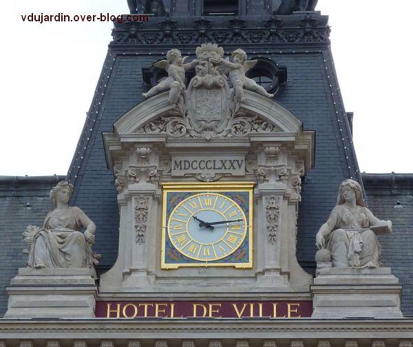 Poitiers, façade de l'hôtel de ville, 03, l'horloge encadrée d'allégories