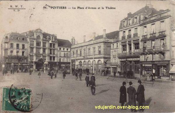 Poitiers, place d'armes, au fond, les anciennes galeries et l'ancien théâtre