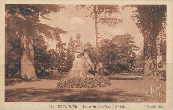 Le Grand-Rond à Toulouse, monument à Auguste Fourès par Paul Ducuing, vu de profil, carte postale ancienne