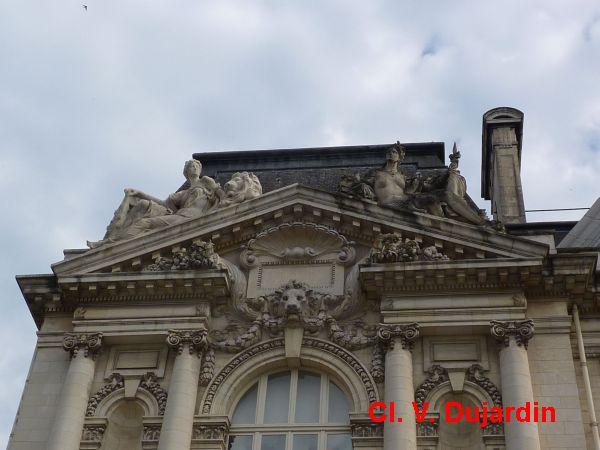 Tours, l'hôtel de ville, l'aile gauche, 3, le fronton