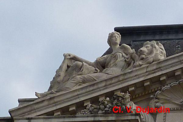 Tours, l'hôtel de ville, l'aile gauche, 4, la force sur le rampant gauche du fronton