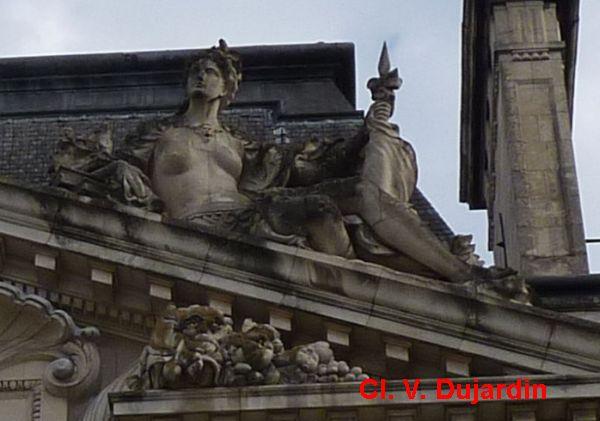 Tours, l'hôtel de ville, l'aile gauche, 5, la force sur le rampant droit du fronton